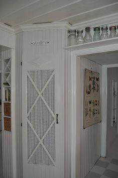 Love the storage about the doorway. Shelf Over Door, Door Shelves, Tall Cabinet Storage, Locker Storage, Pantry Inspiration, Corner Pantry, Creation Deco, Compact Living, Cozy Cottage