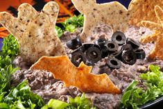 Profitez de l'Halloween et amusez-vous en créant cette trempette affreusement délicieuse. Les fèves noires sont transformées en trempette crémeuse, avec un soupçon de cumin et d'ail pour éloigner les monstres et les fantômes. En beurrant les tortillas, vous en ferez des stèles à trempette encore plus délicieuses!