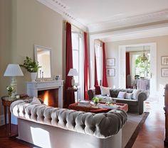 Salón con sofás chester en gris y rojo