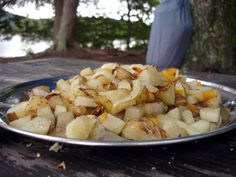 Campfire Cooking: Best Easy, Frugal Foods for Camping Guest Post from Tina and Phil of 30 Bucks a Week Campfire Cooking: Beste einfache, sparsame Speisen Camping Glamping, Camping Meals, Family Camping, Camping Hacks, Camping Recipes, Camping Cooking, Family Trips, Camping Outdoors, Easy Recipes