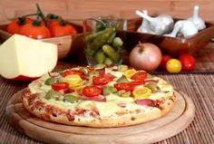 Pizza facílima. Como o próprio título diz; esta receita de pizza é fácil de se fazer, rápida e com o recheio mais apreciado pelos brasileiros.    Mais receitas em: http://www.receitasdemae.com.br/receitas/pizza-facilima/