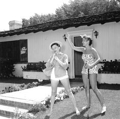Judy Garland and Mona Freeman, 1954 Judy Garland, Old Hollywood Stars, Golden Age Of Hollywood, Hollywood Actresses, Actors & Actresses, Mona Freeman, Old Movie Stars, Photo Series, Wizard Of Oz