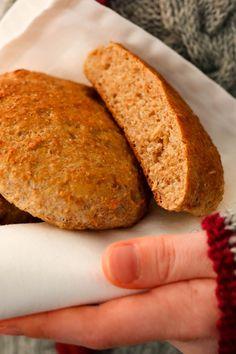 Helpot ruisleipäset kohotetaan kuivahiivalla. Niissä on reilusti ruisleseitä. Kurkkaa maistuva ohje! #leivonta #leipä #ruisleipä Bread Rolls, Banana Bread, Breads, Desserts, Food, Tailgate Desserts, Deserts, Rolls, Buns