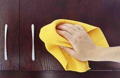 Cómo limpiar la grasa de los armarios de la cocina
