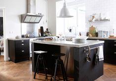 Tendances cuisine : îlot de cuisine convivial dans une cuisine de style scandinave