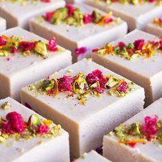 Raw Vegan White Choc Pistachio Raspberry Cheezecakes via Raw Vegan Cake, Raw Vegan Desserts, Raw Cake, Raw Vegan Recipes, Vegan Treats, Healthy Desserts, Delicious Desserts, Dessert Recipes, Yummy Food