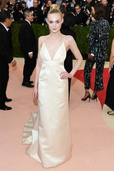 Elle Fanning en robe nuisette Thakoon et bijoux Tiffany & Co http://www.vogue.fr/mariage/inspirations/diaporama/inspiration-mariage-les-robes-blanches-du-met-ball-2016/33324#elle-fanning-en-robe-thakoon-et-bijoux-tiffany-co