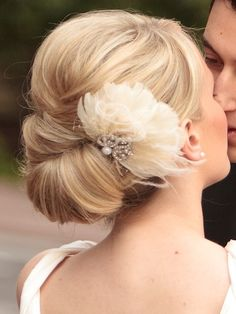 Stunning wedding updo hairstyle with vintage feather hair comb. Beautiful wedding back ideas. Headstall comb vintage feather updo Source by brlke Simple Wedding Hairstyles, Bridal Hairstyles, Pretty Hairstyles, Flower Hairstyles, Bridesmaid Hairstyles, Vintage Hairstyles, Hairstyles With Fascinators, Dress Hairstyles, Wedding Upstyles