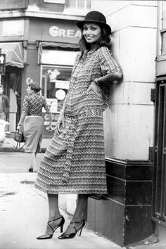 Model Shakira, the wife of Michael Caine, in a cotton voile dress with a fish design. She is launching her collection in the West End of London with her business partner, Jackie Malley. Get premium, high resolution news photos at Getty Images Seventies Fashion, 70s Fashion, Fashion History, Look Fashion, Fashion Design, Fashion 2018, Modest Fashion, Runway Fashion, Trendy Fashion