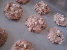 Cookie de resíduo do leite vegetal – 1 xíc (chá) de resíduo de aveia – 1 xíc (chá) de açúcar mascavo – 1/2 xíc (chá) de óleo vegetal (pode ser óleo de coco) – 1 xíc (chá) de farinha de trigo (pode ser integral) – 1 colher (chá) de bicarbonato de sódio – 1 colher (chá) de essência de baunilha – Uma pitada de sal – Canela a gosto – Castanha, uva passa, chocolate.. A vontade