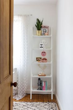 How to decorate with pink : how a renter made pink work in her home. Rental Home Decor, Rental Decorating, Easy Home Decor, Home Office Decor, Ikea Bedroom, Bedroom Decor, Lerberg Ikea, Living Room Designs, Living Room Decor