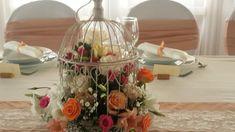 Esküvői kalitka bérlés. Gyere és válogass a több mint 500 csodálatos egyedi esküvői kellék közül. Mennyiségi kedvezményekkel várunk. MerciDekor.hu Inspirációs képeink segítenek a Te stílusod megtalálásában. Gyere és hívj: Tel: 30/385-4688 Ingyenes tanácsadással várunk! - Esküvői kalitka bérlés Table Decorations, Furniture, Home Decor, Decoration Home, Room Decor, Home Furnishings, Home Interior Design, Dinner Table Decorations, Home Decoration