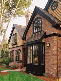 ideas for exterior brick house colors dark trim Exterior Paint Colors, Exterior House Colors, Paint Colors For Home, Siding Colors, Paint Colours, Cottage Exterior, Roof Colors, Exterior Trim, Black Exterior