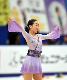女子フリーで演技を終えた浅田は観客の声援に手を上げて応える (800×950) http://www.nikkansports.com/sports/figure/asada-mao/photo/article/1563273.html