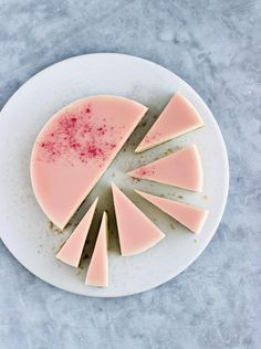 Hvid chokolade-cheesecake med rabarber og lime. Foto: Maja Ambeck Vase (Recipe in Danish)