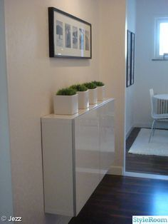 In an entrance or hallway, think of the BESTÅ shallow cabinet cm) from Ikea. In an entrance or hallway, think of the BESTÅ shallow cabinet cm) from Ikea – Hallway Decorating, Entryway Decor, Entry Foyer, Buffet Ikea, Shallow Cabinets, Ikea Shoe Cabinet, Ikea Hack, Home And Living, Living Room