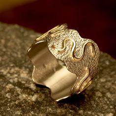 wit (paladium)/Geel gouden ring 14 karaat witgouden ring, met opgesoldeerde geel gouden draden. Achtergrond ruw gefreest . Ringmaat:18mm. Breedte max: 13 mm.