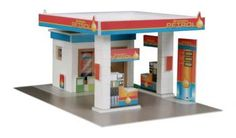 Kit building with real bricks of a gas station. The building blocks can be reused because the cement is dissolved in water. Contains: construction bricks, cement , wood building components, spatula, bowl, plate and a foam board with figures.
