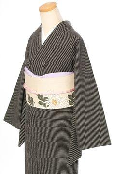 くるりの天然素材の普段着きもの【Fine Border/マロンブラック】 Yukata Kimono, Kimono Fabric, Kimono Dress, Japanese Outfits, Japanese Fashion, Asian Fashion, Kimono Fashion, Fashion Outfits, Traditional Japanese Kimono