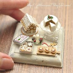 Miniature Christmas treats - Gingerbread house, holly cake, cookies, and puddings Miniature Crafts, Miniature Christmas, Christmas Minis, Miniature Food, Miniature Dolls, Christmas Treats, Christmas Goodies, Miniature Tutorials, Holiday Treats