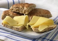 Få ting kan måle seg med varme, nybakte scones til helgefrokosten. Her får du oppskriften på en grov og saftig variant med valnøtter og yoghurt naturell. Disse passer perfekt sammen med noen skiver ost, som Norvegia Fyldig eller Jarlsberg, eller brunost med syltetøy. Av denne porsjonen blir det 8 scones.