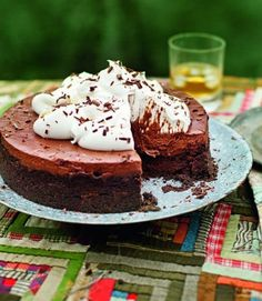 A fabulous chocolate Mississippi mud pie made up of a biscuit base, a chocolate cake and a chocolate mousse. Pie Recipes, Dessert Recipes, Mississippi Mud Pie, Salted Caramel Cheesecake, Muffins, Chocolate Cheese, Chocolate Heaven, Mud Cake, No Bake Desserts