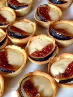 Honey glazed fig and goat cheese tarts with fig jam Alvarez Abou-Diab Totten Lopez Fig Recipes, Sweet Recipes, Cooking Recipes, Fig And Goats Cheese Tart, Cheese Tarts, Goat Cheese, Aperitivos Finger Food, Fingerfood Party, Snacks