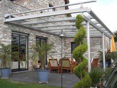 einrichtungsideen für den außenbereich mit überdachung und pflanzen
