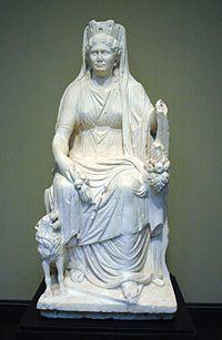 """Cibele ou Cíbele era uma deusa originária da Frígia. """"Mãe dos Deuses"""" ou Deusa mãe, simbolizava a fertilidade da natureza. O seu culto iniciou-se na região da Ásia Menor e espalhou-se por diversos territórios da Grécia Antiga. Sob o antigo título grego, Potnia Theron, também foi associada à deusa-mãe minóica, cujo culto remonta ao período neolítico da """"Senhora dos animais"""". Cibele tornou-se uma divindade do ciclo de vida-morte-renascimento ligada à ressurreição do filho e amante Átis."""