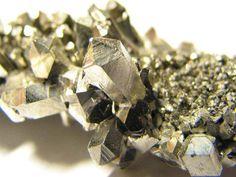 Descoberto em 1801 pelo inglês Charles Hatchett, o Nióbio, o mais leve dos metais refratários, é utilizado principalmente em ...