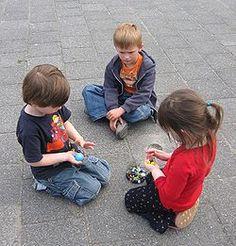 ajudo crianças pobres com alimentos e roupas usadas