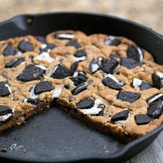 Giant oreo skillet cookie - Camping recipes #campingrecipes #campingdesserts