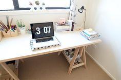 Quarto decorado com simplicidade e aconchego + escrivaninha feita com cavaletes!