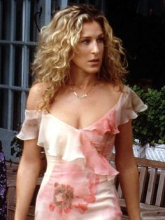 We're rounding up five of the most iconic Carrie Bradshaw looks. Read on to see which outfits we're choosing as our favorites. Carrie Bradshaw Hair, Who What Wear, Wavy Hair, Carry On, Hairstyle Ideas, Hairstyles, Curly Hair Styles, Hair Makeup, Hair Cuts