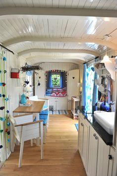 Ik wil deze erbij hebben :) Heart Handmade UK: Glamping in the Pipowagen Tiny House Living, Rv Living, Living Spaces, Boat Shed, Vintage Caravans, Vintage Campers, Vintage Trailers, Trailer Decor, Retro Caravan
