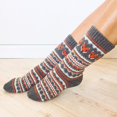 Ravelry: Fox Isle Socks pattern by Life Is Cozy . This sock pattern combines two amazing things - fair isle knitting and foxes! Can it get any better? Free Knitting, Knitting Socks, Knitted Hats, Knit Socks, Fox Socks, Fair Isle Knitting Patterns, How To Start Knitting, Crochet Slippers, Sock Yarn