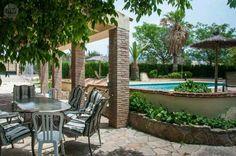 . Estupenda casa rural para 9 personas,  situada en Algodonales,  a 20 min. de Ronda. Consta de amplio salón con chimenea, tres dormitorios,  cocina amueblada,  dos baños,  piscina,  pista de tenis,  barbacoa,  huerto,  árboles frutales,  vistas, cerca a la
