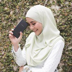 "25.5k Likes, 97 Comments - MIRA FILZAH (@mfmirafilzah) on Instagram: ""Wow, akhirnya OPPO R9s Edisi Hitam sudah kini berada di Malaysia.  Warna hitam tau, bestnyaaaa,…"""