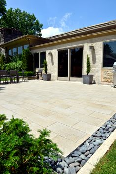 Umbriano® patio .. Love the black river rock as the soldier course!