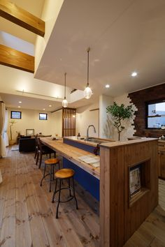 ダイニングの天井は一部上げて、梁をあらわしに。 これだけで、ずいぶん解放感が増しています。  #造作キッチン #キッチン #ダイニング #ダイニングテーブル #本棚 #kitchendesign #ナチュラルキッチン #オーダーキッチン #オーダー家具 #ゼスト #ゼスト倉敷 #岡山県 #注文住宅 #レンガ壁 Japanese Interior, Japanese House, Kitchen Styling, Kitchen Interior, Colorful Interiors, Home Kitchens, Living Room Designs, Kitchen Dining, Diy Home Decor