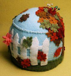 pincushion, vai ficar lindo com os recortes de feltro da Dona Fuinha  fone 011 40336816 de São Paulo Brasil.