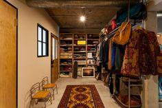 玄関事例:玄関土間2(家を育てるリノベーション 好きなものに囲まれた暮らし) Interior Work, Room Interior, Interior Architecture, Interior And Exterior, Dressing Room Closet, Wardrobe Closet, Clothing Store Design, Japanese Interior, Home And Living