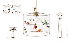 Die filigranen VOLIÈRE Lampen von Designer Mathieu Challières sind ein wunderschönes Zuhause für eine Vielzahl bunter Deko-Vögel!