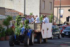 Il carro con i componenti del Gremio dei Contadini accompagna la Bandiera