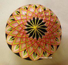 てまり「曼荼羅菊」黒地桃花 10cm 手まり 手毬 手鞠|その他インテリア雑貨|てまり - ねこ|ハンドメイド通販・販売のCreema