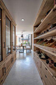 The dream kitchen storage 😍 Kitchen Pantry Design, Kitchen Interior, Home Interior Design, Kitchen Decor, Kitchen With Pantry, Kitchen Storage, Pantry Shelving, Luxury Kitchen Design, Big Kitchen