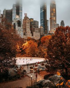 Central Park is huge, so it can be a good idea to have a plan whenever you're visiting this marvelous gem. Check out my free printable guide & map here! New York Winter, New York In Fall, City Aesthetic, Autumn Aesthetic, Visit New York, Parks In New York, Central Park Map, Citations Photo, Paris Torre Eiffel