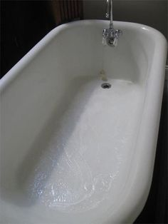 How To Clean a Porcelain Bathtub or Sink For tough-to-remove rust stains, cover the stain with table salt. Deep Cleaning Tips, House Cleaning Tips, Diy Cleaning Products, Spring Cleaning, Cleaning Hacks, Cleaning Solutions, Bath Cleaners, Tub Cleaner, Old Bathtub