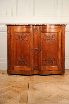 Brochure Meuble à hauteur d'appui d'époque Louis XV, en chêne. Ce meuble proche des buffets de chasse possède une façade en arbalète. Les portes sont également cintrées en élévation. Le plateau en marbre de Rance est taillé en bec de Corbin. Les serrures en fer forgé d'origine n'ont pas été modifiées. Ce meuble monté à …