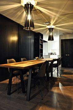 Le mur en miroir double la superficie de cette salle à manger. Conference Room, Table, Furniture, Home Decor, Dinner Room, Wall, Mirror, Decoration Home, Room Decor